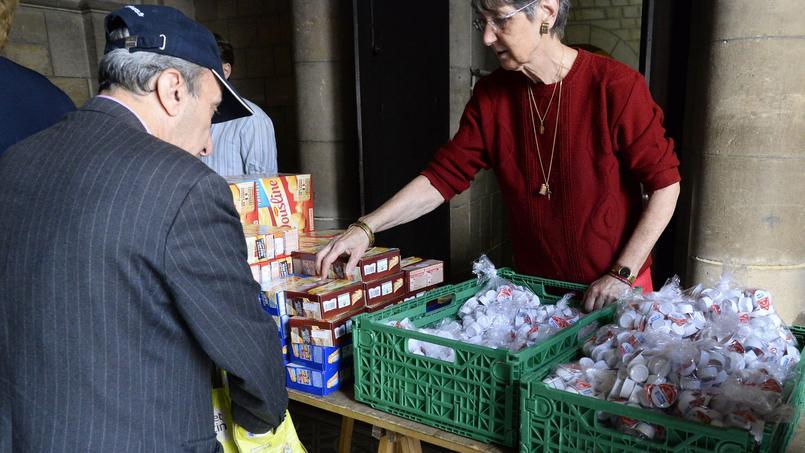 Distribution alimentaire effectuée par l'association Secours alimentaire en août