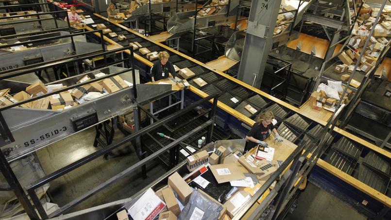 Paquets, cartons, plis défilent à toute allure sur des tapis roulants qui serpentent sur une dizaine de niveaux dans une enchevêtrement vertigineux.