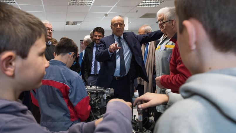 Alain Juppé, lors de sa visite d'une association valorisant le travail manuel auprès des enfants, mercredi à Chateaubourg, près de Rennes.
