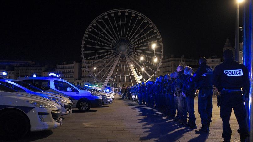Une centaine de policiers manifestant sur le Vieux-Port à Marseille cette nuit.