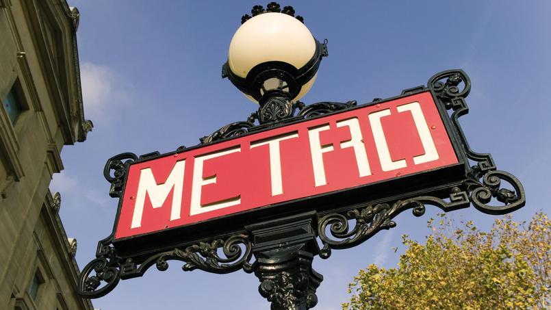 Place Iéna, à Paris, un panneau de style Art Nouveau signale une bouche de métro.