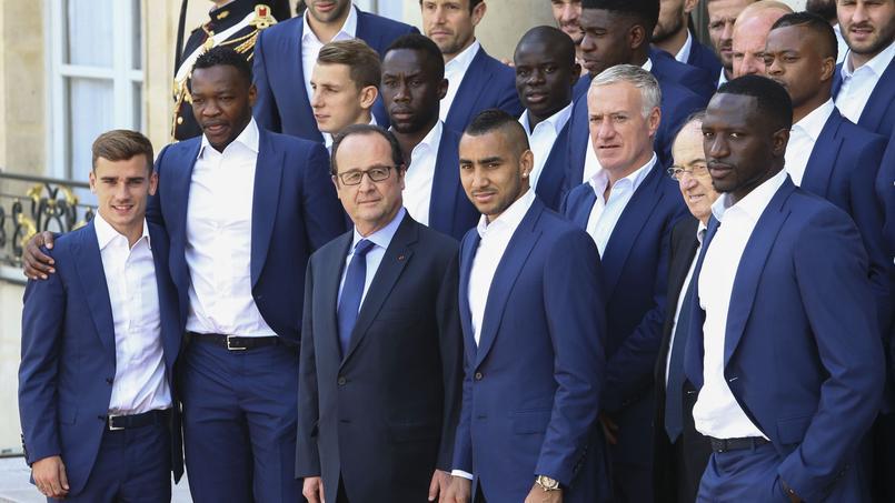 François Hollande entouré de l'équipe de France de football à l'Elysée le 12 juillet 2016.