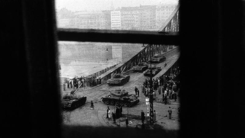 Les chars sovietiques surgissant de l'un des 6 ponts du Danube à Budapest en novembre 1956 pour réprimer l'insurrection hongroise. Photo prise de la fenêtre d'un immeuble situé sur le bord du fleuve.