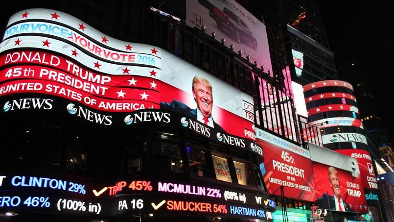 Le visage de Donald Trump, 45e président des États-Unis, s'affiche sur les écrans géants de Times Square.