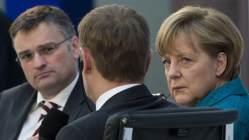 Stefan Kornelius (à gauche), l'éditorialiste du quotidien Süddeutsche Zeitung et Angela Merkel en avril 2013 (photo d'illustration).