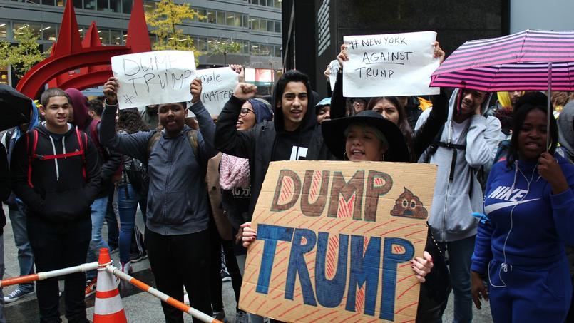 Rassemblés en face de la Trump Tower, des jeunes enchaînent les chants avec de nombreuses pancartes dans les mains dont «Trump n'est pas notre président».
