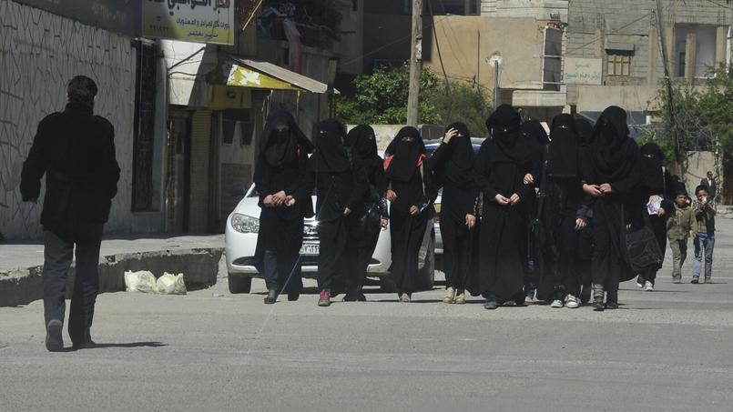 Un groupe de femmes à Raqqa, en mars 2014.