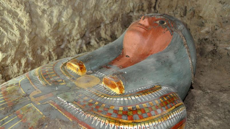 La momie a été retrouvée dans un sarcophage en bois aux couleurs vives. Son propriétaire serait un homme de la noblesse, Amenrenef.