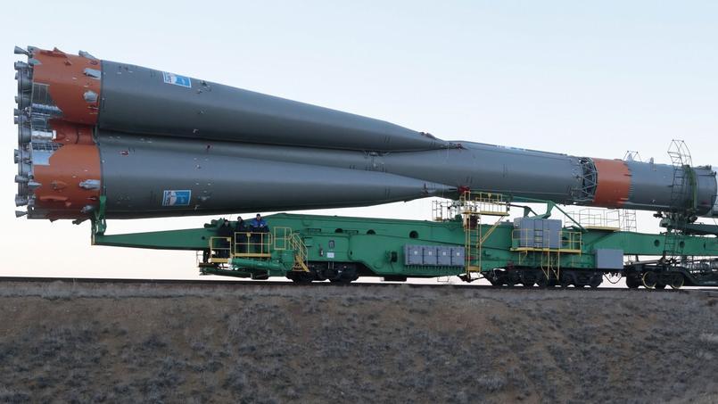 Le public assiste au transport du lanceur Soyouz, vers le pas de tir n°1 du cosmodrome de Baïkonour, au Kazakhstan.
