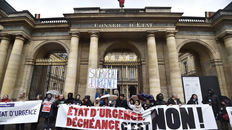 Des manifestants se sont réunis devant le Conseil d'État, en janvier 2016, pour protester contre la prolongation de l'état d'urgence. Un recours déposé par la LDH contre son application avait été rejeté.