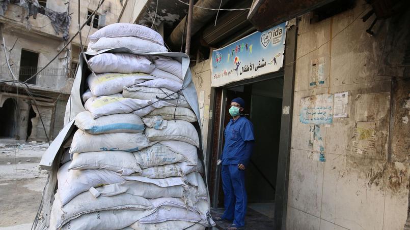 Des sacs de sable protégeaient les derniers hôpitaux d'Alep-Est.