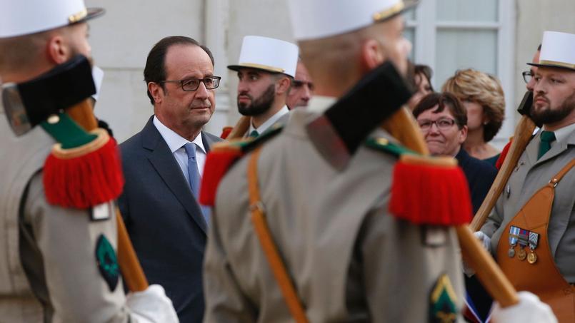 François Hollande passe en revue les troupes de la Légion étrangère durant une visite à Castelnaudary.