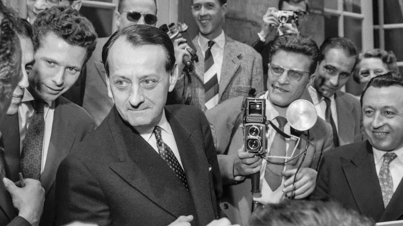 André Malraux, nouveau ministre de l'Information du général de Gaulle répond aux questions des journalistes en 1958. Il sera ensuite ministre des Affaires culturelles de 1959 à 1969.