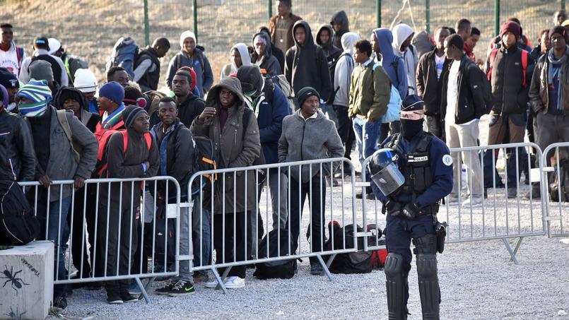Des migrants après le démantèlement de la «jungle» à Calais.