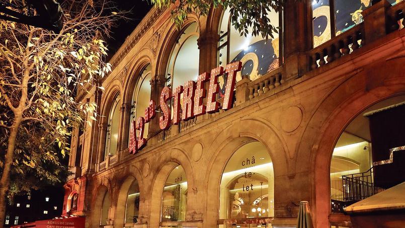 Les néons et les claquettes de la 42nd Street à Broadway rallument le théâtre du Châtelet, pour son bouquet final avant ses deux ans d'interruption pour travaux.