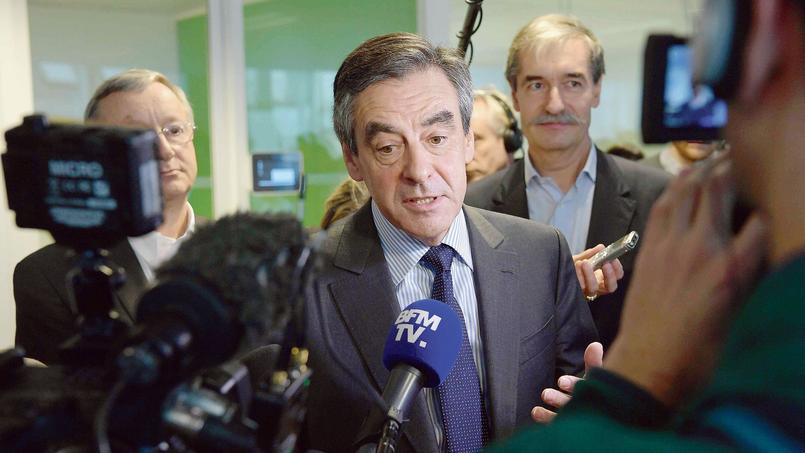 François Fillon répond aux journalistes à l'issue d'une visite d'entreprise, vendredi à Paris.