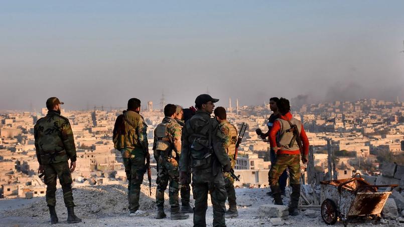 Des soldats syriens surplombent le quartier Bustan al-Basha à Alep, le 27 novembre.