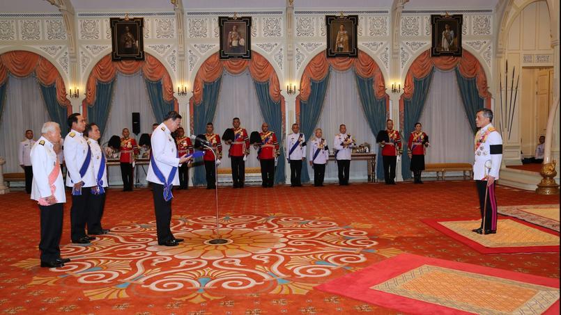Au cours d'une cérémonie, le prince Maha Vajiralongkorn accepte de devenir roi de Thaïlande sous le nom de Rama X.