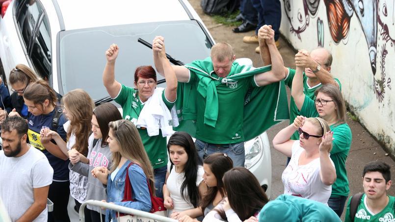 Des supporteurs de Chapecoense prient après le décès tragique de plusieurs joueurs de leur équipe dans un crash d'avion.