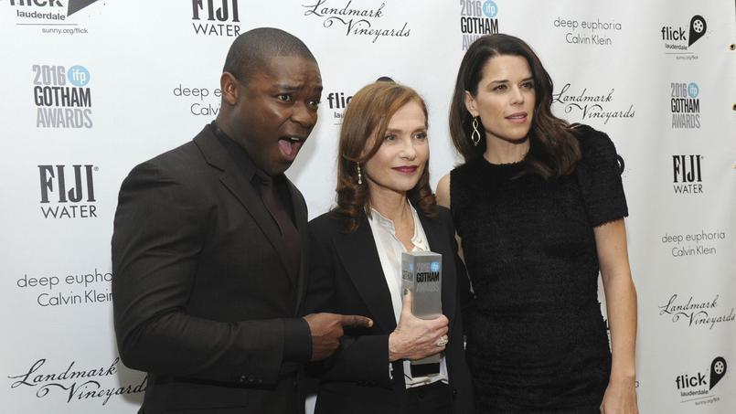 Isabelle Huppert pose avec son trophée aux côtés de David Oyelowo et Neve Campbell.