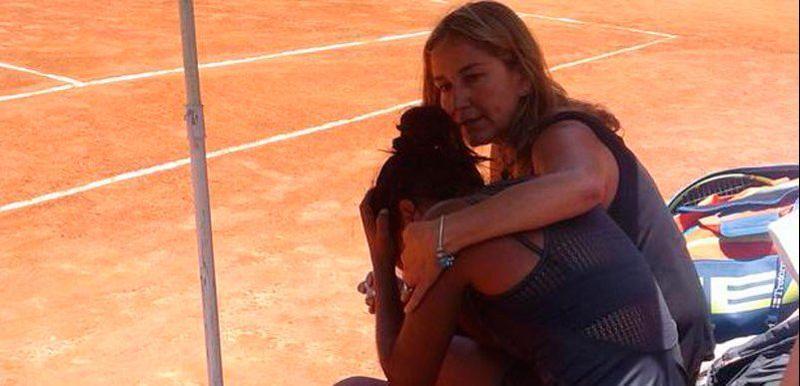 Daniela Seguel en pleurs après avoir appris le décès de son père victime d'une attaque alors qu'il assistait au match.