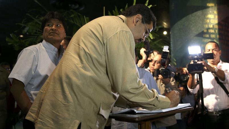 Les présidents bolivien Evo Morales et vénézuélien Nicolas Maduro signent le registre de condoléances de Fidel Castro à La Havane, mardi 29 novembre 2016.