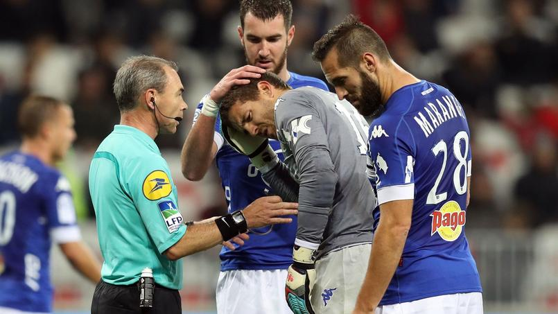 A la 76ème minute de jeu de Nice-Bastia dimanche, Jean-Louis Leca (en gris) a reçu un projectile sur le crâne.