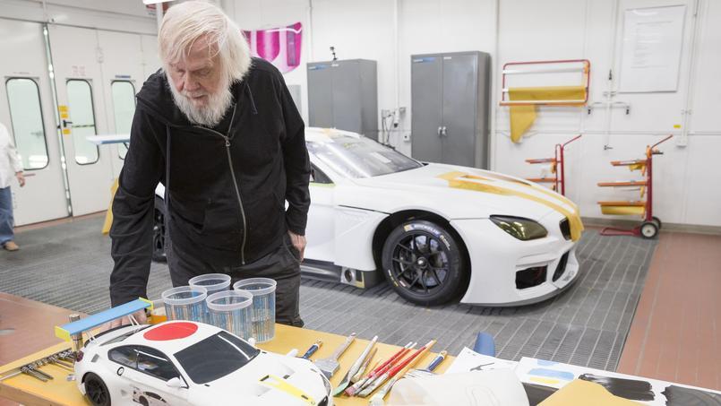 John Baldessari devant sa maquette de la M6 GT3 de BMW. L'originale sera au départ du circuit de Daytona en janvier.
