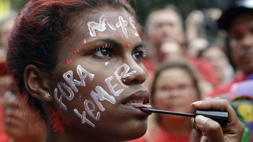 Protestation à Sao Paulo le 27 novembre contre le gel des dépenses publiques. La manifestante demande la destitution de Michel Temer, le président brésilien, «Fora Temer» («dehors Temer» en portugais).