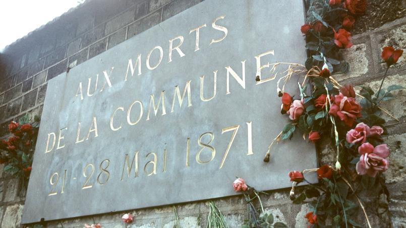 Une plaque commemorative sur le mur des Féderes au Cimetière du Père Lachaise, en hommage aux 147 Communards fusillés par les Versaillais le 28 mai 1871, pendant la Commune de Paris.