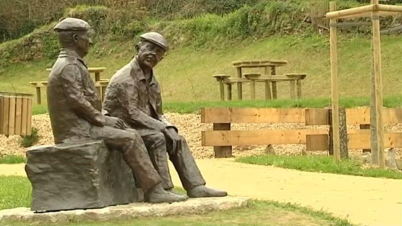Selon Eugénie Bachelot Prévert, la statue représentant Jacques Prévert et son ami Alexandre Trauner est caricaturale.