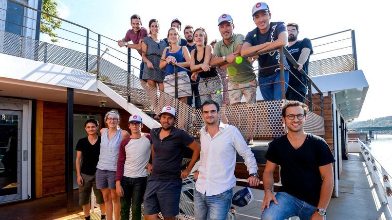 L'équipe de Click & Boat se compose d'une quinzaine de personnes, y compris Édouard Gorioux (en chemise blanche au premier rang) et Jérémy Bismuth (en bas à droite), les deux cofondateurs.
