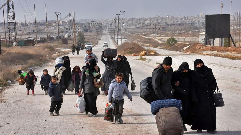 Des familles syriennes fuyant l'est d'Alep hier.