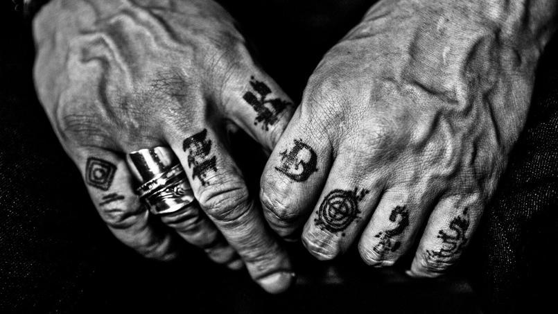 «Ce sont des mains de combattant, tatouées, stigmatisées par le temps» dit Nikos Aliagas au sujet de ce cliché qu'il a pris de JoeyStarr.