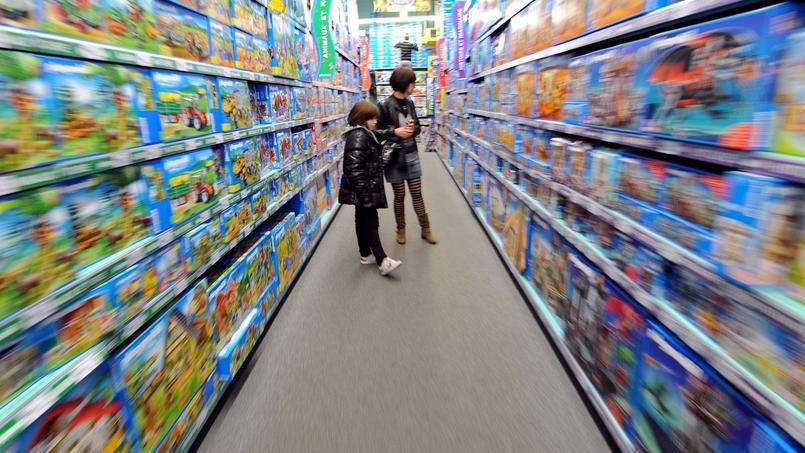 Une mère et son enfant à la Grande Récré, dans le rayon Playmobil, une marque qui se retrouve toujours parmi le top 5 des ventes de jouets de noël.
