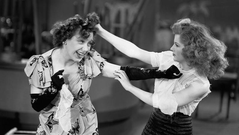 Deux femmes se crêpent le chignon.