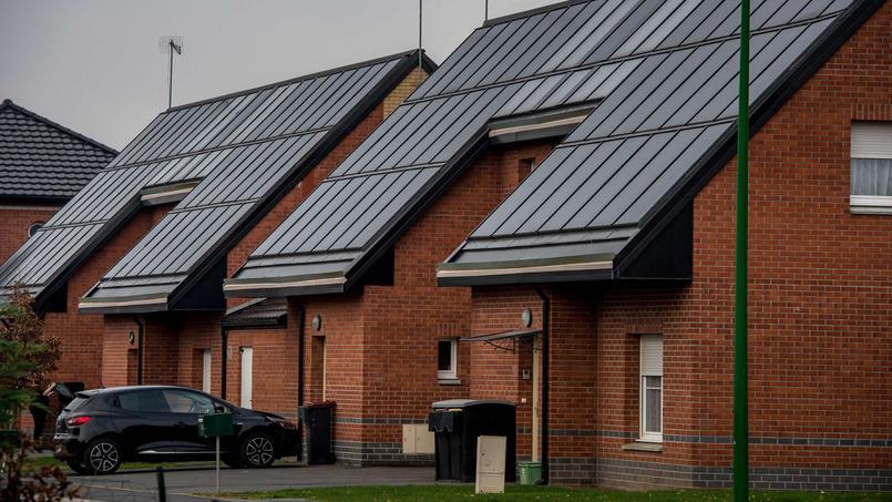 Des maisons de Loos-en-Gohelle (Pas-de-Calais) aux toits équipés de panneaux solaires.