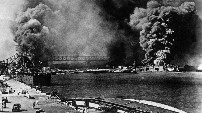 Le dimanche 7 décembre 1941 l'aéronavale japonaise attaque la base américaine de Pearl Harbor dans le Pacifique. Ici le croiseur américain Helena touché deux fois par des torpilles japonaises.