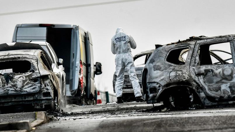 La voiture incendiée par les malfaiteurs avant leur fuite s'est propagé à d'autres véhicules.