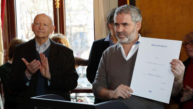 À gauche, le président du jury Gilles Jacob, et à droite Stéphane Brizé, lauréat du Prix Louis-Delluc 2016 pour «Une Vie».