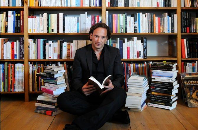 Depuis toujours, François Busnel aime flâner dans les librairies de Paris. À tel point qu'il aura fini par en faire un livre. Dans Mon Paris Littéraire, il orchestre une balade dans Paris, où il met en lumière ses librairies préférées.