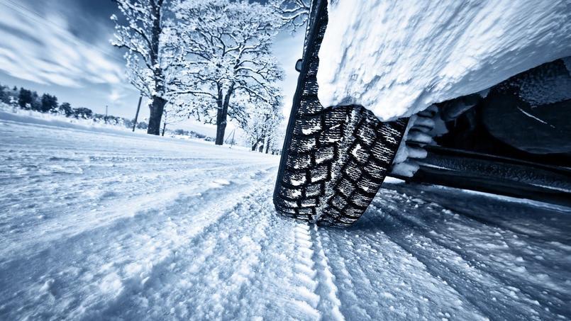 Les pneus hiver sont recouverts d'une gomme conçue pour rester souple face aux températures froides.