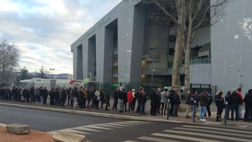 Les supporteurs stéphanois étaient nombreux ce jeudi matin devant la billetterie du club pour se procurer une place pour la réception de Manchester United en Europa League.