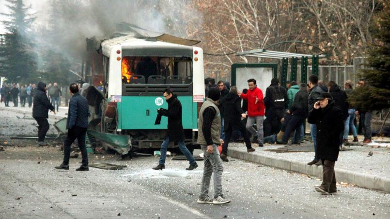 L'explosion de ce samedi s'est produite quand le bus est passé à proximité d'un véhicule dont on pense qu'il contenait des explosifs, rapporte l'agence de presse turque Dogan.