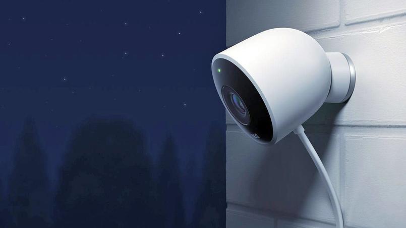 La Nest Cam Outdoor (ci-dessus) dispose d'un microphone et d'un haut-parleur pour communiquer avec les visiteurs.
