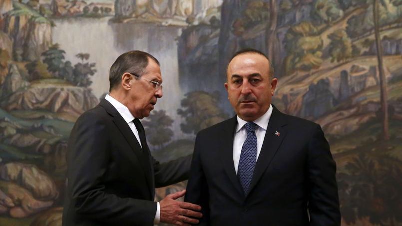 Le ministre des Affaires étrangères Sergueï Lavrov (G) et son homologue turc Mevlut Cavusoglu, le 20 décembre 2016 à Moscou.