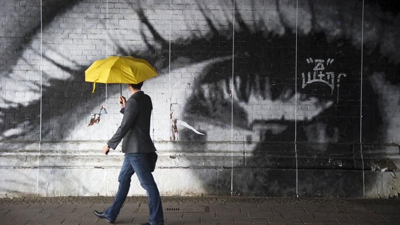 Œil géant en noir et blanc réalisé par JR à Berlin.