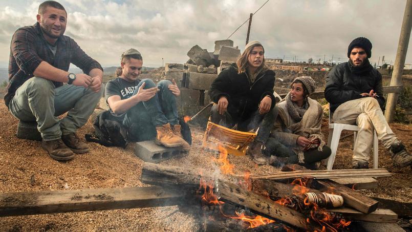De jeunes colons défendent l'avant-poste d'Amona, qui doit être évacué le 25 décembre.