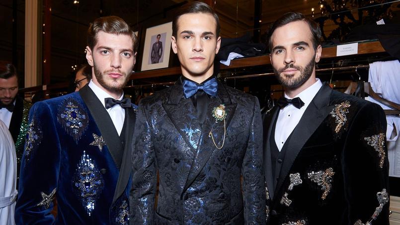 Sur commande et sur mesure, la ligne Alta Sartoria de Dolce& Gabbana est très habillée et riche en étoffes précieuses, visuelles et brodées.