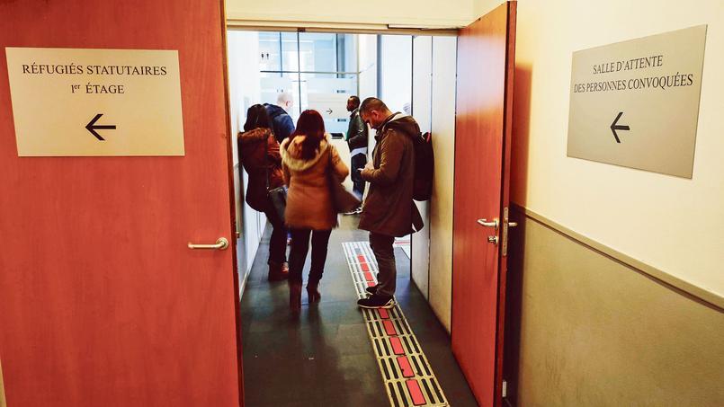 Des demandeurs d'asile attendent pour déposer leur dossier.